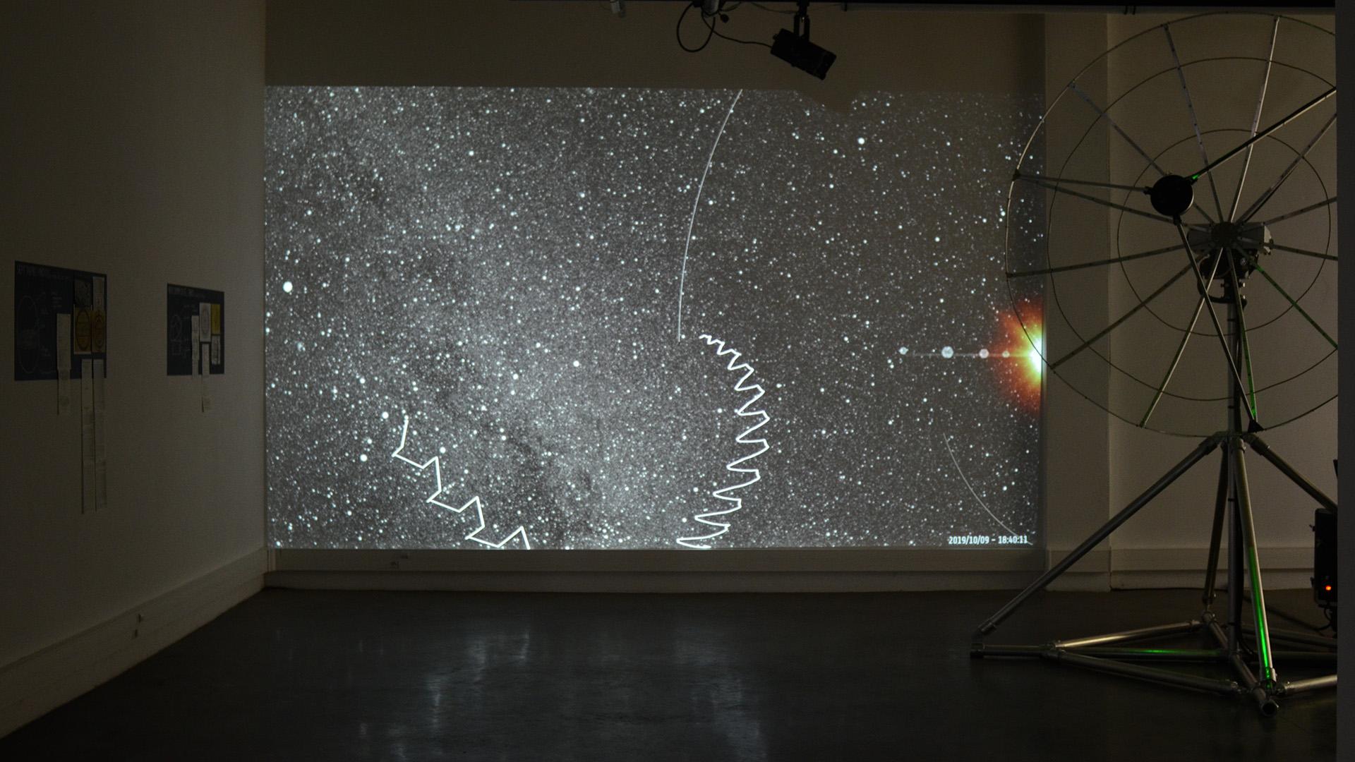 Axis Mvndi de Nicolas Montgermont est une Installation Artistique Sonore qui émet des Ondes Radio dans l'Espace pour Dessiner des Formes à l'échelle Cosmique.