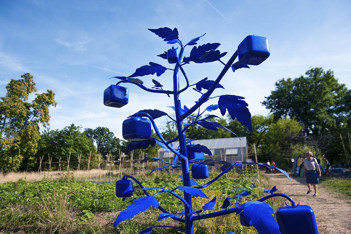 Installation artistique Tomates Célestes de Christian Delécluse. V'île Fertile-Jardins Ouverts.