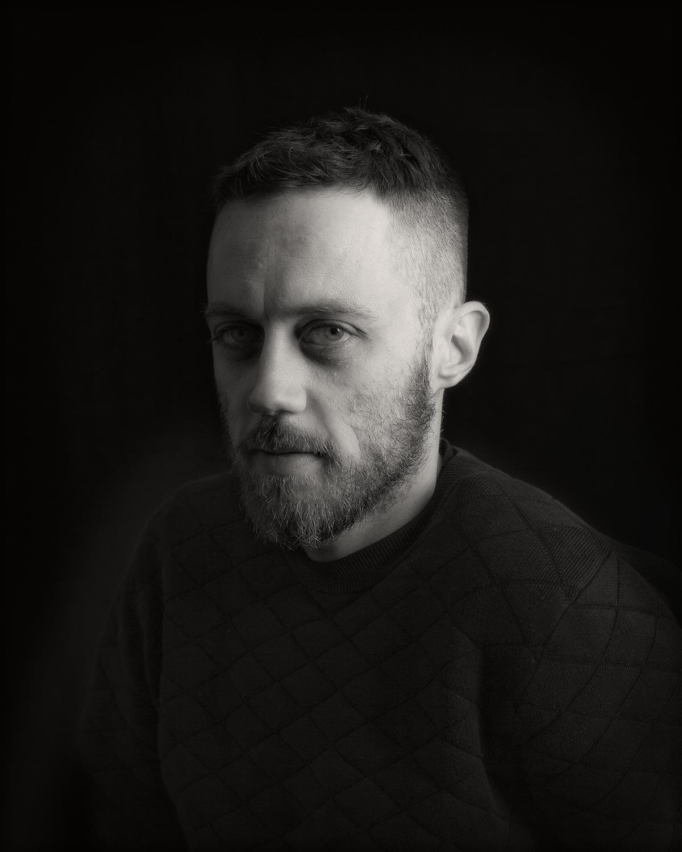 Portrait d'Adelain Schweitzer, artiste polymorphe à la croisée des chemins entre performances immersives, expérimentations audiovisuelles et nouvelles technologies.